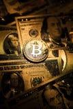 Cryptocurrency dourado da moeda de Bitcoin no dólar americano dourado imagem de stock