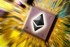 Cryptocurrency e blockchain - dinheiro financeiro da tecnologia e do Internet - mineração da placa de circuito e moeda Ethereum E fotografia de stock royalty free