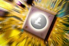 Cryptocurrency e blockchain - dinheiro financeiro da tecnologia e do Internet - mineração da placa de circuito e moeda Litecoin L fotos de stock royalty free