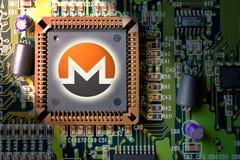 Cryptocurrency e blockchain - dinheiro financeiro da tecnologia e do Internet - mineração da placa de circuito e moeda Monero XMR imagens de stock royalty free