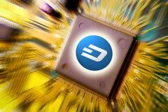 Cryptocurrency e o blockchain - dinheiro financeiro da tecnologia e do Internet - mineração e moeda da placa de circuito PRECIPIT imagens de stock