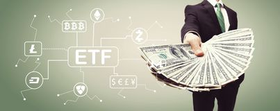 Cryptocurrency ETF tema med affärsmannen med kassa arkivfoto