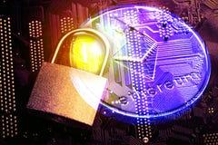 Cryptocurrency Ethereum de Digitas Dinheiro da moeda de Ethereum com imagem tonificada ascendente próxima do cadeado e do cartão- Fotografia de Stock Royalty Free