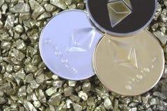 Cryptocurrency Ethereum en el montón de las pepitas de oro Currenc Crypto Fotografía de archivo