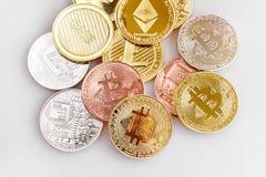Cryptocurrency físico, Bitcoin, Ethereum, Litecoin, rociada en el fondo blanco foto de archivo libre de regalías
