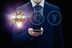 Cryptocurrency faktisk skärm Affärs-, finans- och teknologibegrepp Bitmynt, Ethereum kvarterkedja Affärsman med telefonen fo royaltyfria bilder
