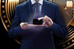 Cryptocurrency faktisk skärm Affärs-, finans- och teknologibegrepp Bitmynt, Ethereum kvarterkedja Affärsman med telefonen fo royaltyfri bild