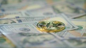 Cryptocurrency-Finanzierung-bitcoin Geschäft Goldstückchen-Münzenlüge auf Dollarscheinen stock footage
