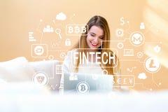 Cryptocurrency fintech thema met jonge vrouw die haar laptop met behulp van Royalty-vrije Stock Fotografie