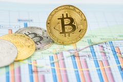 Cryptocurrency fysiek muntstuk van het Bitcoin gouden muntstuk stock foto