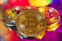 Cryptocurrency fysiskt guld- bitcoinmynt på färgrik backgrou Fotografering för Bildbyråer