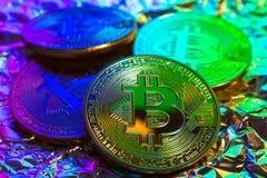 Cryptocurrency fysiskt guld- bitcoinmynt på färgrik bakgrund Royaltyfri Fotografi