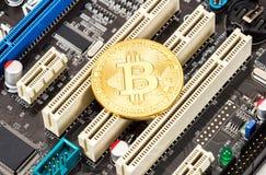 Cryptocurrency guld- Bitcoin som ligger över com för elektronisk dator Royaltyfria Foton