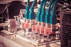 Cryptocurrency-Hintergrund-Bergbauanlage, Abschluss oben von PCIE-Aufbruch c Stockfotografie