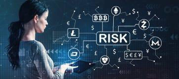 Cryptocurrency ICO与使用片剂的妇女的风险题材 免版税库存照片