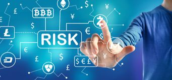 Cryptocurrency ICO risktema med en man royaltyfri bild