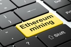 Cryptocurrency-Konzept: Ethereum-Bergbau auf Computertastaturhintergrund stock abbildung