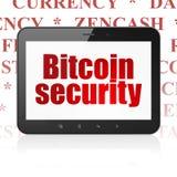Cryptocurrency-Konzept: Tablet-Computer mit Bitcoin-Sicherheit auf Anzeige Stockfoto