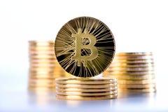 Cryptocurrency-Konzept von Bitcoins mit der einzelnen Münze, die auf die Oberseite steht Stockbilder