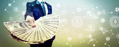Cryptocurrency med affärsmannen med kassa arkivfoto