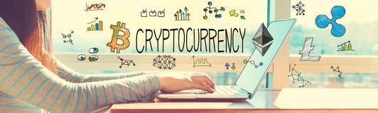 Cryptocurrency met vrouw die aan laptop werken Royalty-vrije Stock Foto's