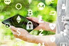 Cryptocurrency mit dem Mann, der seine Tablette hält lizenzfreies stockbild