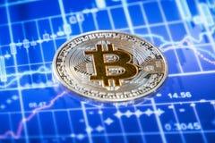 Cryptocurrency mynt över den grafiska skärmen för handel; Bitcoin mynt arkivbilder