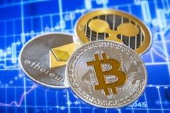 Cryptocurrency mynt över den grafiska skärmen för handel; Bitcoin eter royaltyfria bilder