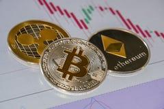 Cryptocurrency mynt över grafiska japanstearinljus för handel; Bitc Arkivfoton