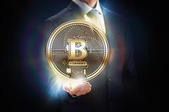 Cryptocurrency mynt som bryter bitbegreppsdesign Affärsman med kvarterkedjan i hand som symbolkopieringsutrymme royaltyfri bild
