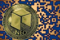 Cryptocurrency NEO simbólico da moeda no fundo do código cripto do ouro fotografia de stock royalty free