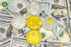 Cryptocurrency op dollarrekeningen die wordt getoond stock foto