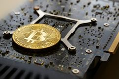 Cryptocurrency Phisical Gouden Bitcoin over moderne grafiekkaart stock afbeelding