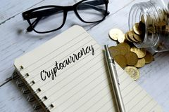 Cryptocurrency pisać na notatniku obrazy stock