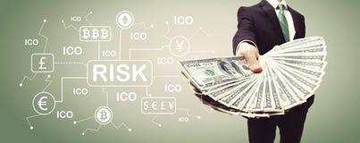 Cryptocurrency risktema med affärsmannen med kassa royaltyfria bilder