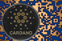 Cryptocurrency simbólico da moeda do cardano do ada no fundo do código cripto do ouro fotografia de stock royalty free