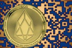 Cryptocurrency simbólico da moeda do EOS no fundo do código cripto do ouro foto de stock royalty free
