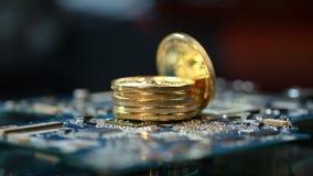 Cryptocurrency som bryter affär Bunt av guld- etheriummynt på strömkretsbräde