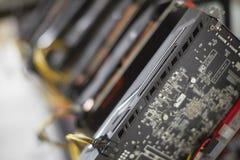Cryptocurrency som bryter riggen genom att använda grafiska kort för att bryta för digital cryptocurrency liksom bitcoin, ethereu arkivfoto