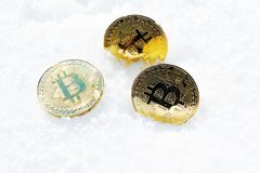 Cryptocurrency sur la neige, dedans Photos stock