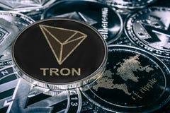 Cryptocurrency Tron de pi?ce de monnaie contre les alitcoins principaux Pi?ce de monnaie de TRX photographie stock libre de droits