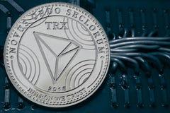Cryptocurrency TRX della moneta sui precedenti dei cavi e dei circuiti immagine stock libera da diritti
