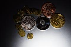 Cryptocurrency ukuwa nazwę Ethereum i Bitcoin na szarym ciemnym tle zdjęcia stock