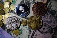 Cryptocurrency ukuwa nazwę Ethereum i Bitcoin na USA dolarach obrazy royalty free