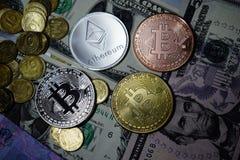 Cryptocurrency ukuwa nazwę Ethereum i Bitcoin na USA dolarach fotografia royalty free