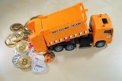 Cryptocurrency waste do derramamento do carro do contentor Imagem de Conceptul à bolha do cryptocurrency Fotos de Stock