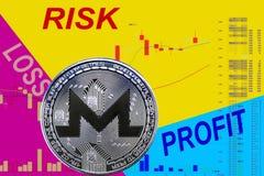 Cryptocurrency XMR монетки на диаграмме и желтой голубой неоновой предпосылке стоковое фото rf
