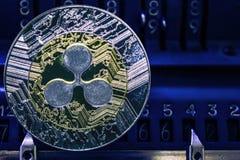 Cryptocurrency XRP della moneta contro i numeri del arithmometer immagini stock