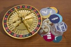 Cryptocurrency y el casino roulette en una tabla de madera imagenes de archivo