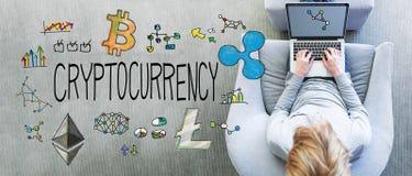 Cryptocurrency z mężczyzna używa laptop zdjęcia royalty free